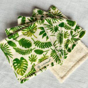 Lingettes démaquillantes peaux sensibles feuilles vertes sur fond blanc cassé tissu à motif Oeko Tex et micro éponge de coton Bio blanc cassé sur fond blanc cassé