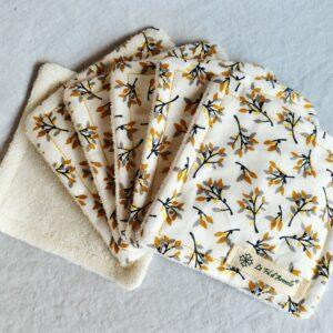 Carrés démaquillants peaux sensibles branches fleuries noires, grises, ocres et jaunes sur fond blanc