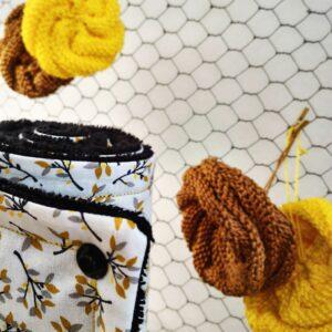 Sopalon noir blanc ocre jaune et gris sur fond grillage et éponge écologiques en tissu 100% coton
