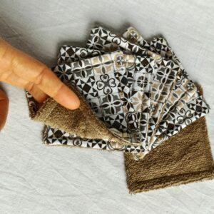 Lot de cotons démaquillant motif carreaux de ciment, gris, noirs, taupe sur fond blanc avec du tissu éponge de coton taupe