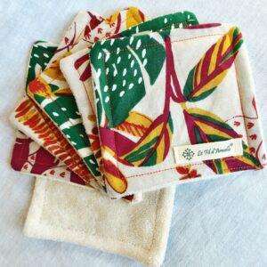 Lot de carrés démaquillants peaux sensibles tissu coton à motif branches et feuilles oranges, rouges, vertes et bordeaux sur fond blanc cassé