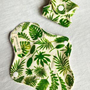 Deux protège slips blanc cassé avec motifs feuilles vertes fougère monstera