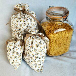 lot de sacs à vrac blanc ocre noir et jaunes avec bocal Le Parfait pour pâtes sur fond blanc